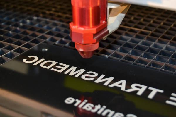 Gravure laser sur plaque noire